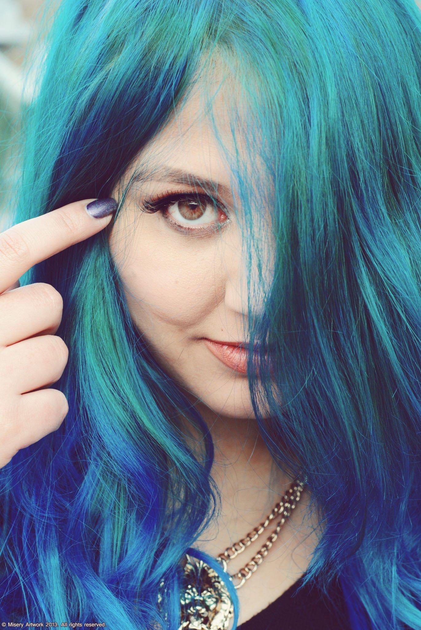Couleur bleu sur cheveux