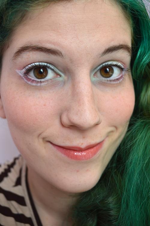 Make-up Blanc et Cheveux Verts Zeuh itw Color-Mania