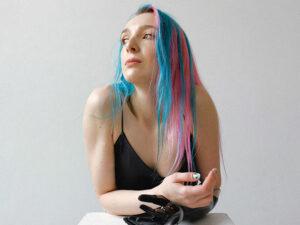 Jeune fille cheveux colorées rose bonbon et bleu ciel