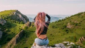 Jeune fille aux cheveux pastels regardant au loin