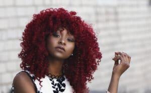 photos d'une jeunne femme aux cheveux rouges et afro