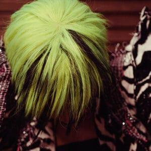 Jeune en tenue de soirée avec les cheveux jaune