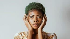 Fille aux cheveux bouclés vert foncé