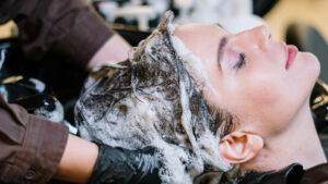 Coiffeur faisant un shampoing
