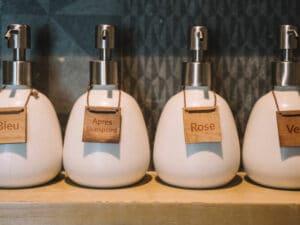 Flacons d'après shampoing et de colorations de cheveux