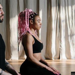 Couple aux cheveux rose se préparant
