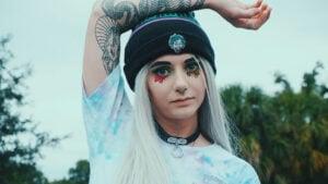 Une fille aux cheveux blancs qui a utilisé un toner