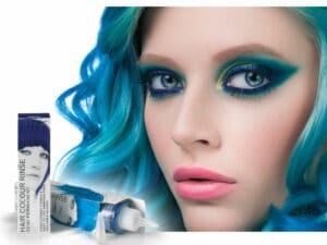 portrait d'une femme aux cheveux bleus et flacons de coloration Stargazer utilisés