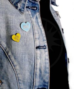 Pin's Weird Girl Coeur Jaune et Hugs Coeur Bleu | Color-Mania