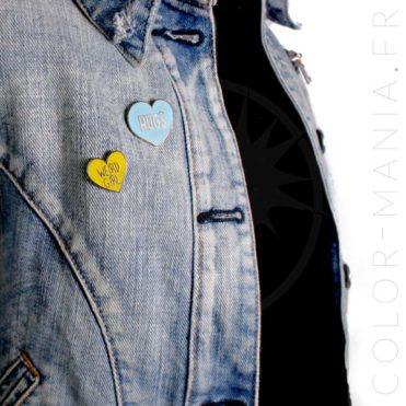 Pin's Weird Girl Coeur Jaune et Hugs Coeur Bleu | Color-Mania