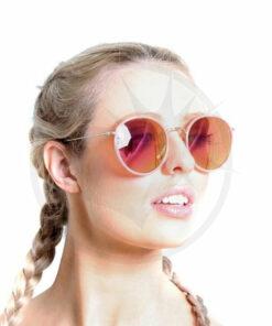 Jeune femme blonde portant des lunettes de soleil roses