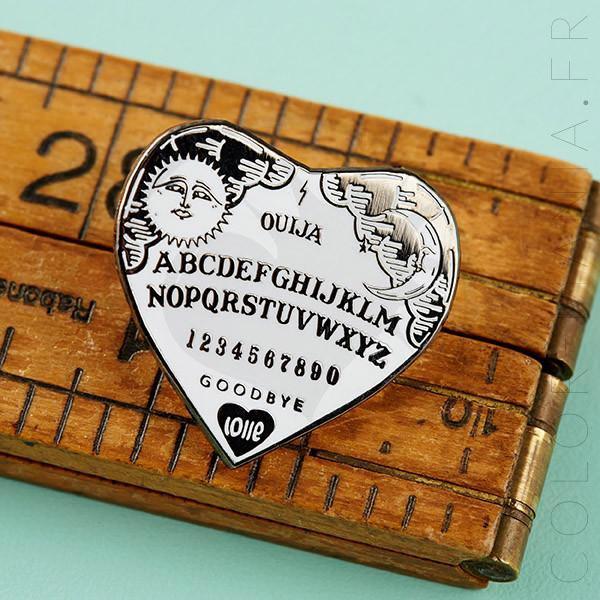 Pin negro y blanco del corazón de Ouija | Color-Mania