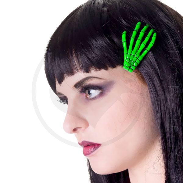 Barrette main de squelette vert fluo portée sur modèle