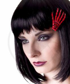Jeune femme portant barrette main squelette rouge dans ses cheveux