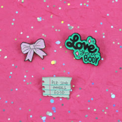 "Pin's ""Plz Send Food"", Love your Body et Noeud Rose à paillettes 