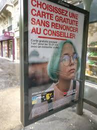 Publicité banque jeune fille cheveux bleus verts
