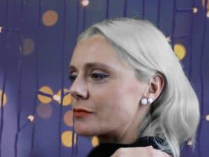 Femme aux cheveux gris