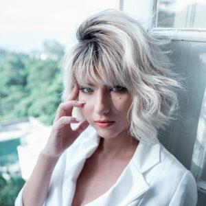 jeune femme aux cheveux colorés en blanc
