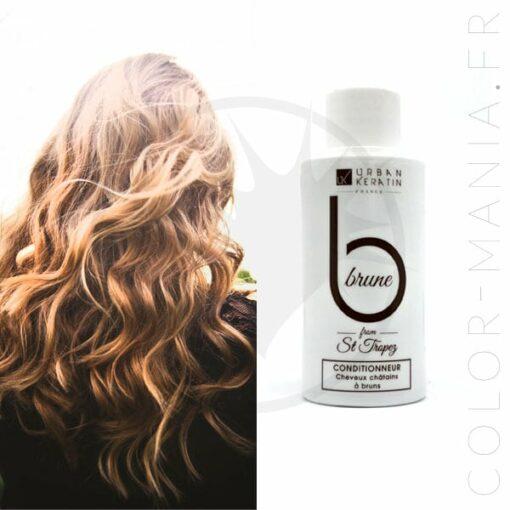 photo d'illustration avec une jeune femme aux cheveux bruns et une mini bouteille de 50 mL de soin après-shampoing pour cheveux bruns de la marque Urban Keratin