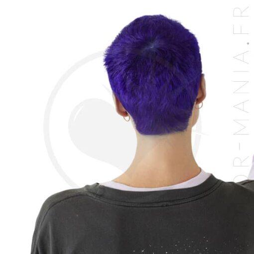 Femme de dos aux cheveux courts et colorés en violet