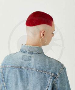Jeune femme aux cheveux courts rouges et rasés