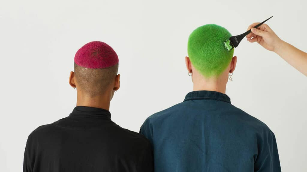 Photographie de 2 hommes aux cheveux colorés
