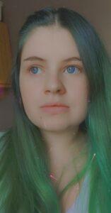 Photographie d'une jeune femme aux cheveux vert