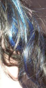Photographie d'une mèche de cheveux bleu