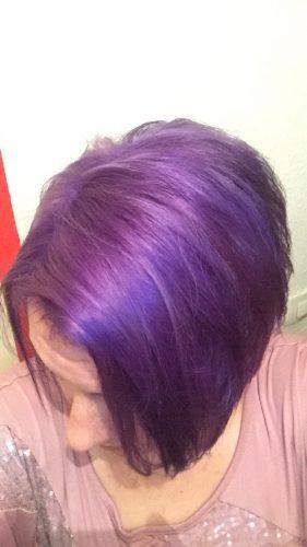 Femme aux cheveux courts colorés en violet