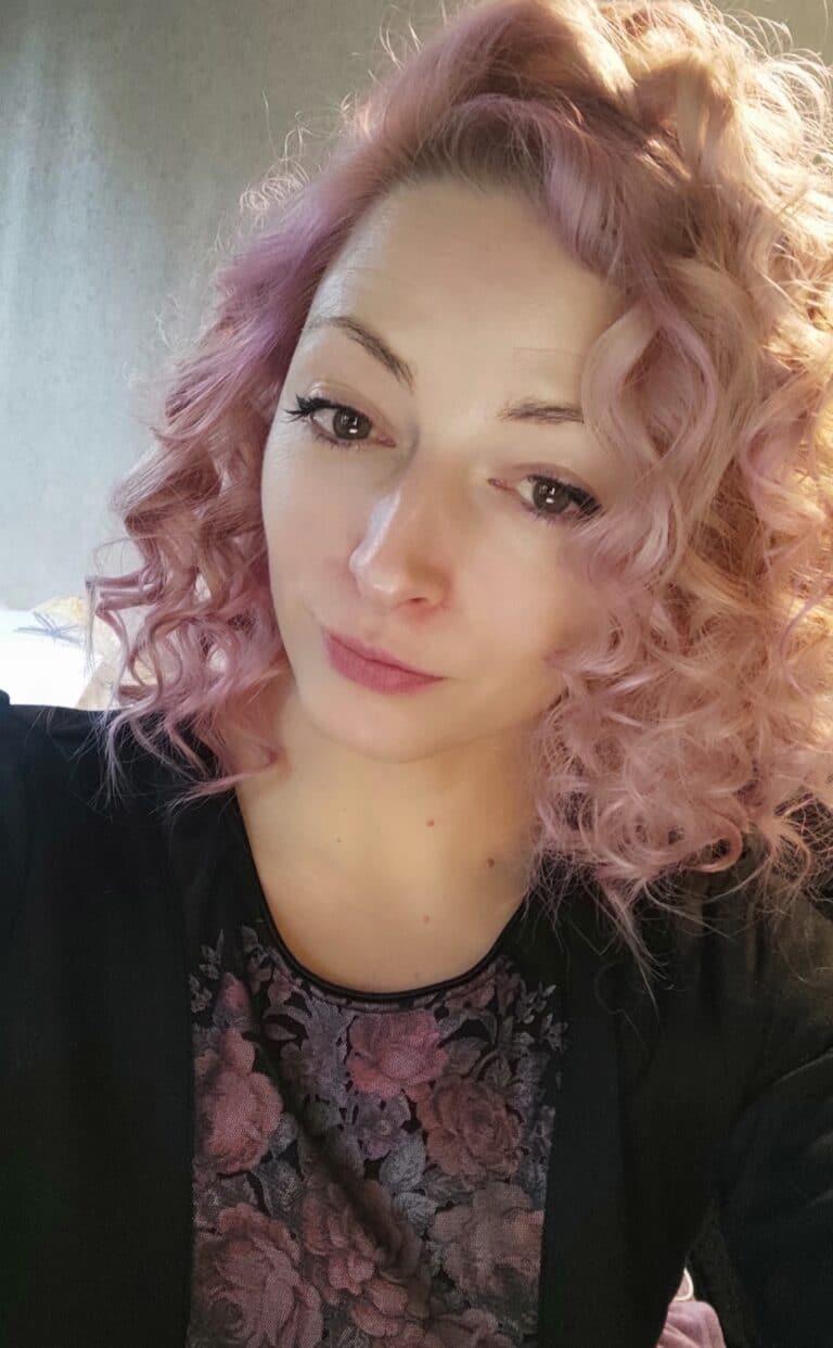 Femme aux cheveux bouclés rose pastel