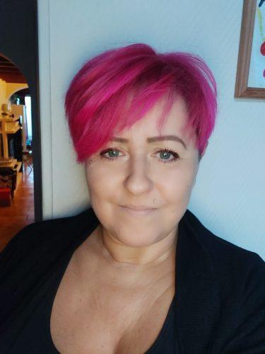 Photographie d'une femme aux cheveux roses