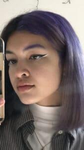 Jeune femme aux cheveux violet pastel