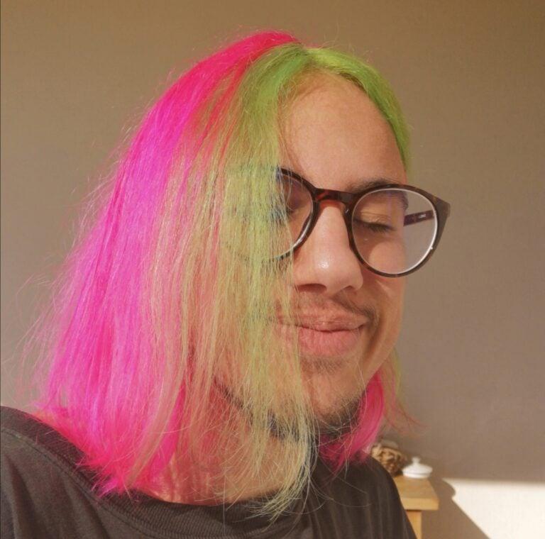Homme aux cheveux longs et colorés
