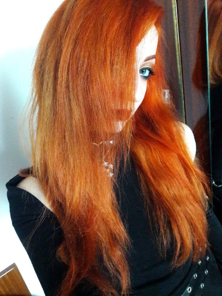 Jeune femme aux cheveux longs colorés