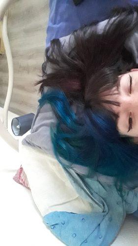 Jeune femme avec la moitié des cheveux colorés en bleu